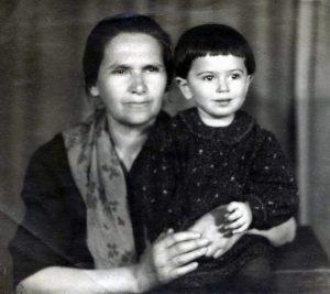 Tsiporah Gnoyenskaya and Bena Babinskaya. Kiev. Year 1947.