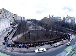 LIne to first McDonalds in Moscow in 1990. (Photo from http://vakin.livejournal.com/898179.html).