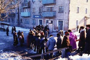 Line for bread. (Photo from http://www.fresher.ru/2014/10/17/sovetskaya-torgovlya.html).
