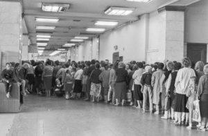Line for Toilet Paper (Photo from http://omchat.ru/kartinki/48-machnye-budni-sovetskih-zhenschin.html).
