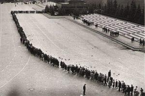 Line to the mausoleum. 1967. (Photo from http://decalog.livejournal.com/1087631.html).