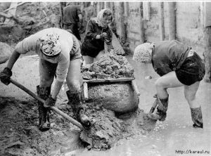 Women Building Road. (Photo from http://pryf.livehournal.com/2114407.html and www.karaul.ru).